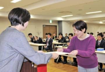 賞状を受け取る本紙の佐藤百合記者(右)=東京都台東区