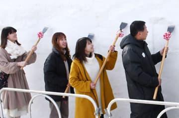 デザインを担当した東北芸術工科大の学生らが初彫りを行った=寒河江市・最上川ふるさと総合公園