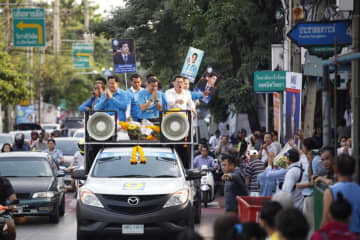 Abhisit Vejjajiva, then the Democrat Party leader, hits the campaign trail in the  Sutthisan, Din Daeng and Huai Khwang areas of Bangkok on Feb 19 last year, camapaigning ahead of the March general election. (File photo)