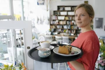 The number of people in Germany working a second job rose nearly 4% in the space of a year. (DW photo)