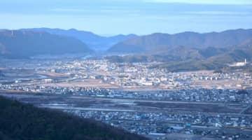 福山の頂上付近から望む倉敷市真備町地区。初日に照らし出された町域は、一歩一歩復興への道を進む=1日午前7時38分