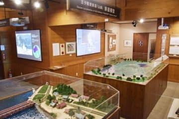 精巧なジオラマや鉄道模型が飾られた「山線湖畔 驛」の内部
