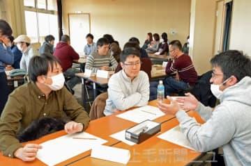 19日に前橋市内で開かれたグループワークでは男性の育休についての話題が取り上げられた(20日付より)