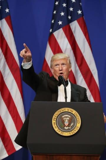 就任祝賀舞踏会で話すトランプ米大統領=2017年1月20日、ワシントン(ゲッティ=共同)