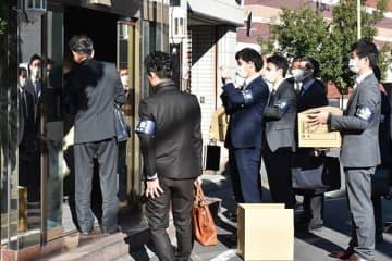 関係先の家宅捜索に入る県警の捜査員ら=21日午前9時35分ごろ、川口市内