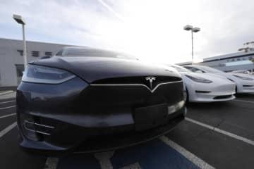 米コロラド州のディーラーの店頭に並ぶテスラ車=2019年11月(AP=共同)