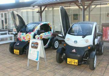 昭和ロマン蔵で貸し出す超小型電気自動車の2台=豊後高田市新町