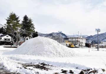 まつり会場に運び込まれた大雪像用の雪=22日午前10時ごろ