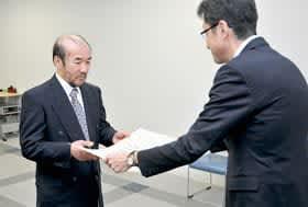 花岡局長(右)から表彰状を受け取る髙橋さん