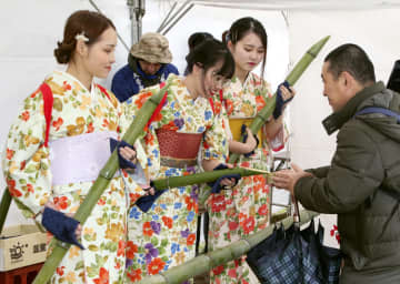 大安寺の「笹酒祭り」で、日本酒を振る舞う「笹娘」=23日午前、奈良市
