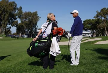 San Diego Police officer Deborah Ganley caddied for Tiger Woods on the 18th hole of Torrey Pines South Course during the Farmers Insurance Open Pro-Am on Jan. 22, 2020. - K.C. Alfred/The San Diego Union-Tribune/TNS