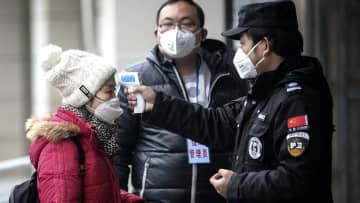 武漢で交通機関を閉鎖 新型コロナウイルス、死者17人に