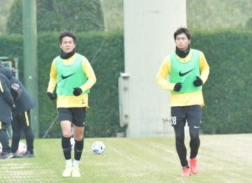 ランニングをする杉岡(左)と町田=クラブハウスグラウンド