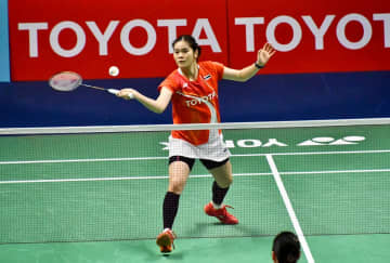 Busanan Ongbamrungphan returns a shot against Sung Ji-Hyun.