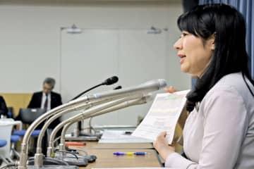 会見で遺族と並び、いじめ防止対策推進法の速やかな改正を訴える越市長(東京都千代田区・文部科学省)