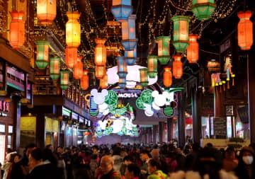 ランタンの明かり 華やか夜の豫園 上海市
