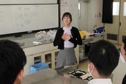 「国と国の架け橋になってほしい」。朝鮮語の授業を受ける生徒に話す朴玲実さん=県立尼崎工業高校