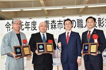 小野寺市長(左から3人目)から表彰を受けた(左から)神成さん、出町さん、中野さん