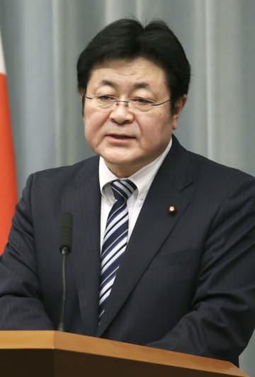 記者会見する西村官房副長官=23日午前、首相官邸