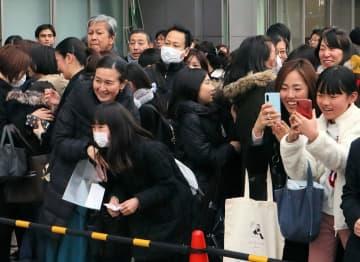 合格者番号が書かれた掲示板をみて喜ぶ親子(22日午後2時2分、京都市中京区・西京高付属中)