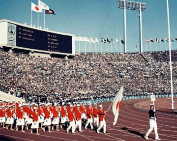 1964年10月10日の東京五輪開会式で入場行進する日本選手団=国立競技場