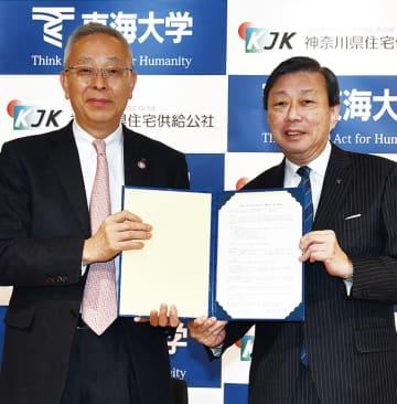 調印式に出席した山田学長(右)と猪股理事長(写真提供/東海大学)
