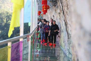 長さ368メートルのカラフルなガラス桟道、雲南省の峡谷に登場