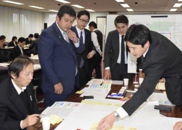 松山市役所周辺の市有施設などの活用について、意見を交わす参加者=23日午後、市役所