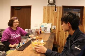 カウンター席が中心の店内では、大久保さんとの会話も弾む。地元客と観光客が席を並べ、話が盛り上がることもあるという(伊根町平田・3rd PLACE イネバル)