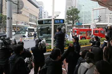 市バスが事故を起こした現場付近(23日午後0時22分、京都市下京区四条通河原町交差点)