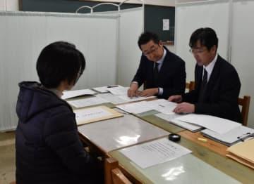 推薦入試の必要書類をチェックする教職員=23日午前、宮崎市・宮崎大宮高