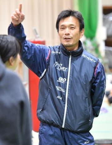 陸上競技の競技役員として東京五輪に携わる宮崎商業高の相馬勇一教諭=22日午後、宮崎市・宮崎商業高