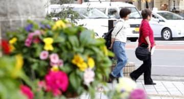 最高気温が20度を超えた宮崎市では腕まくりをして歩く人の姿も見られた=23日午後、同市橘通東3丁目