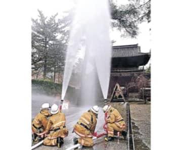 天徳院に水のカーテン 文化財防火デー前に訓練