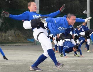 2人一組で前進する練習で筋力を高める健大高崎の選手=健大高崎高グラウンド