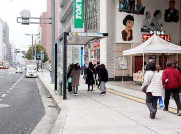 バスベイにウッドデッキを設け、歩行空間を広げる社会実験が計画されている相生通り(広島市中区)