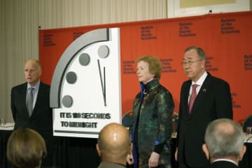 23日、米首都ワシントンで「終末時計」の最新時刻を残り「100秒」と発表する潘基文・前国連事務総長(右)ら=(ブレティン・オブ・ジ・アトミック・サイエンティスツ提供・共同)