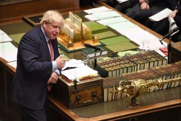 英議会で発言するジョンソン首相=22日、ロンドン(ロイター=共同)