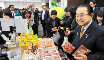 県産のあんぽ柿やイチゴを購入した田中復興相(右)