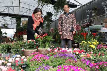正月用品を買い求める人々でにぎわう市場 湖南省吉首市