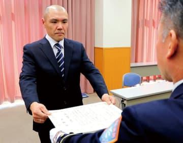 三大寺滋消防長から感謝状を受け取る今井さん=越谷市消防本庁舎