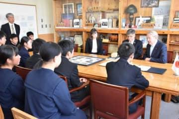 生徒たちと交流したコート大使(右)ら