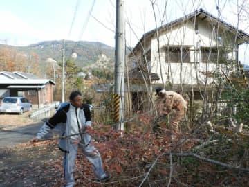 住宅地に隣接する空き地で、生い茂った樹木を伐採する住民たち(京都府亀岡市畑野町)