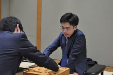 A級昇級を決めた対局後、感想戦を行う菅井七段(右)=23日午後11時55分、関西将棋会館