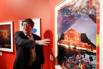 橋爪節也・大阪大教授(左)の総合監修の下、テーマごとに展示された作品=23日、大阪市西区