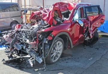 大型トラックと正面衝突して大破した乗用車。1人が死亡、1人が重体となった(10月28日、高島市・高島署)
