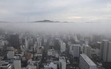 霧に覆われた岡山市中心部=24日午前8時14分、同市北区柳町の山陽新聞社本社ビルから