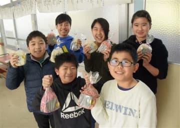 「ふもとマルシェ」で販売する竹炭で作ったせっけんを持つ児童たち=荒尾市