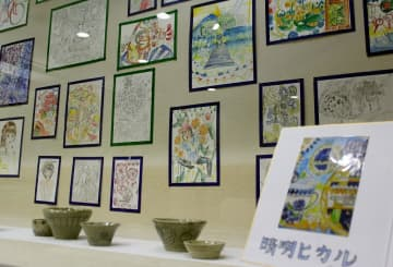 晴明さんが手掛けた絵や陶器=佐世保市立図書館