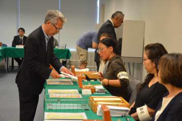 在外投票する有権者(昨年7月5日、NY総領事館で)
